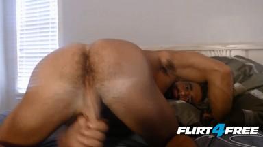 Barbudo mostra o cu e punheta gostoso na cam
